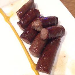 【ミハイの燻製ソーセージ】ミハイさんのソーセージ色々あります(^^) こちらはおつまみに最高♡燻製ソーセージ!牛肉豚肉使いで、羊の腸でちょっと細めのこちら、コー...