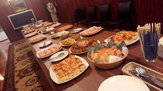 昨日は大使館のセミナーへケータリング!ミハイさんもちょっとダンディーです。おなじみの前菜ペーストのカナッペや、肉団子など 冷めてもしっかり味のお料理を。トマトの...
