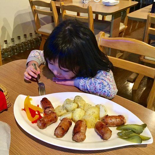 #ラミハイ に来たらこれ!!大人も子どもも   #手作り #ソーセージ   & 付け合わせ #ポテト がまた美味しすぎ!#ピクルス も♡♡   ソーセージは通販...